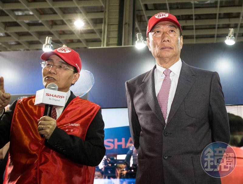 郭台銘(右)在董辦會議中說:「我會跟戴桑(戴正吳,左)說他吃一點虧,利潤擺深超就對了!」