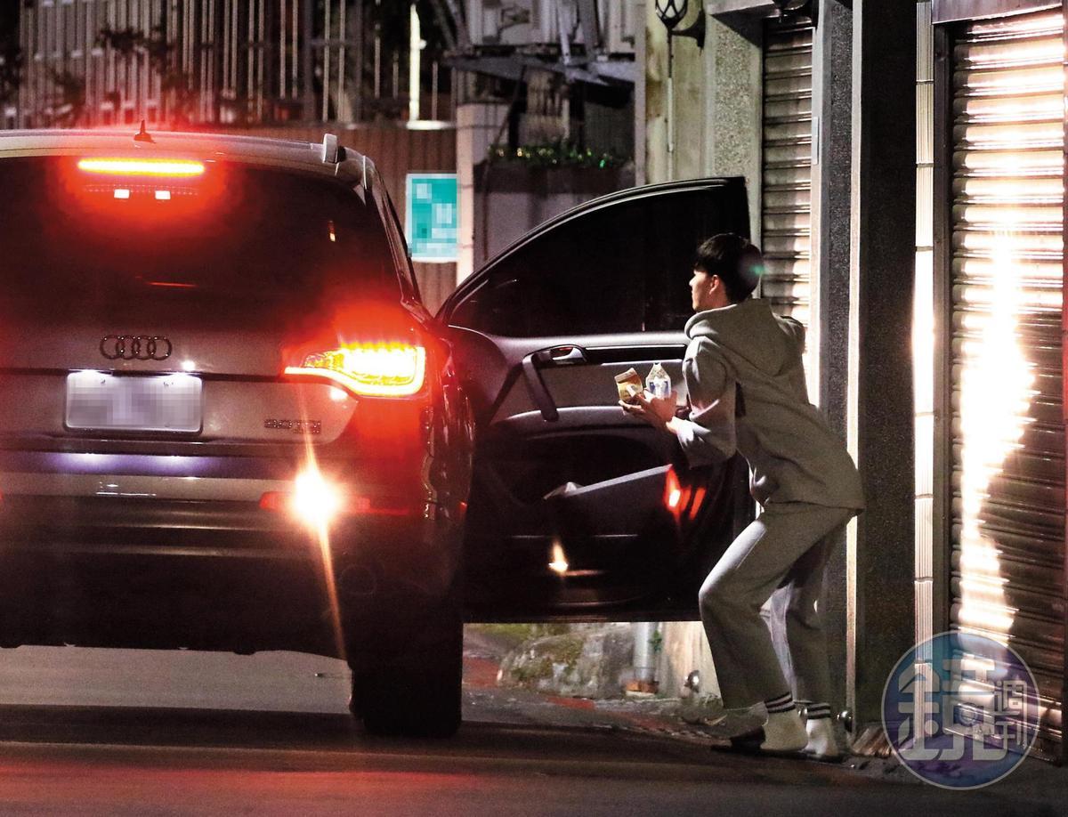 和嫩男離開旅館後,炎亞綸送嫩男回家,相當有紳士風度。