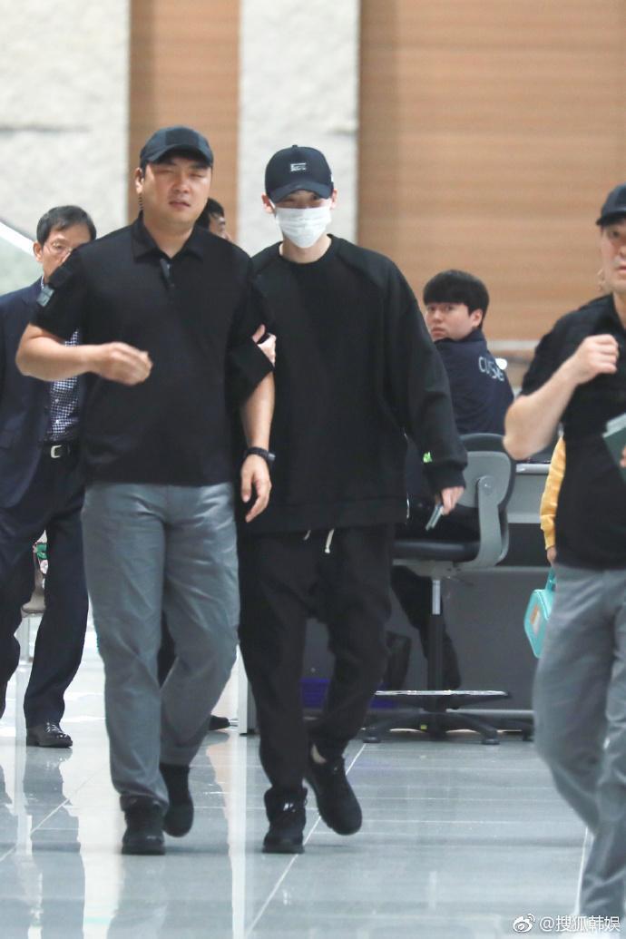 李鍾碩已平安抵達機場,回到韓國心情大好,跟工作人員有說有笑。(翻攝自搜狐韓娛微博)