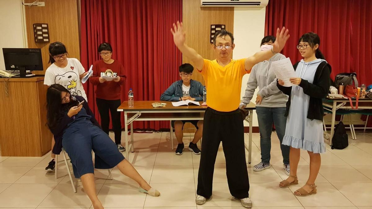 廖嘉琛多才多藝,不僅是個大學兼任教授,平常還教授武術、劇場表演。(翻攝廖嘉琛臉書)