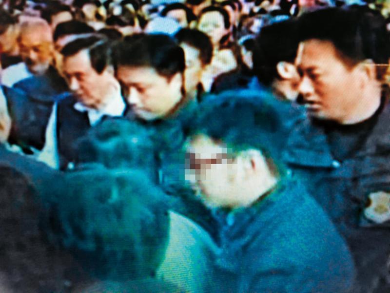 林姓特勤人員(前排戴眼鏡者)曾擔任前總統馬英九的隨扈,過去第一線維安防護牆不乏其身影。(翻攝畫面)
