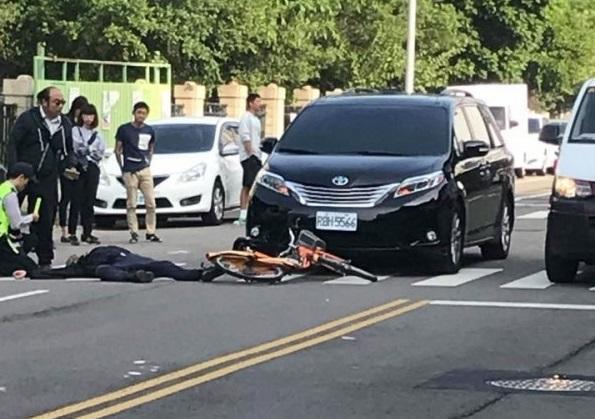 林男連人帶車倒地,市長隨扈通報救護車前來將林男送醫。(翻攝自徐玉紅臉書)