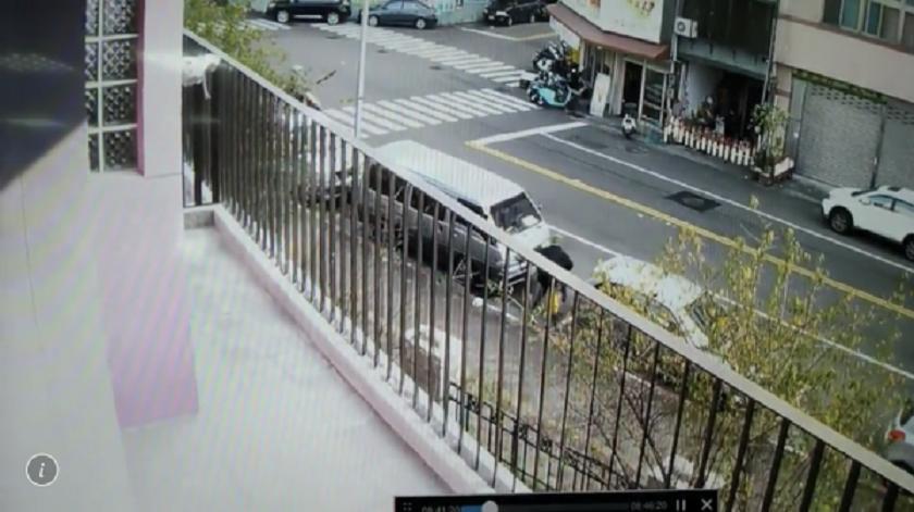 警方調閱監視器,發現林男稍早即在雙十國中附近人行道守候。(警方提供)