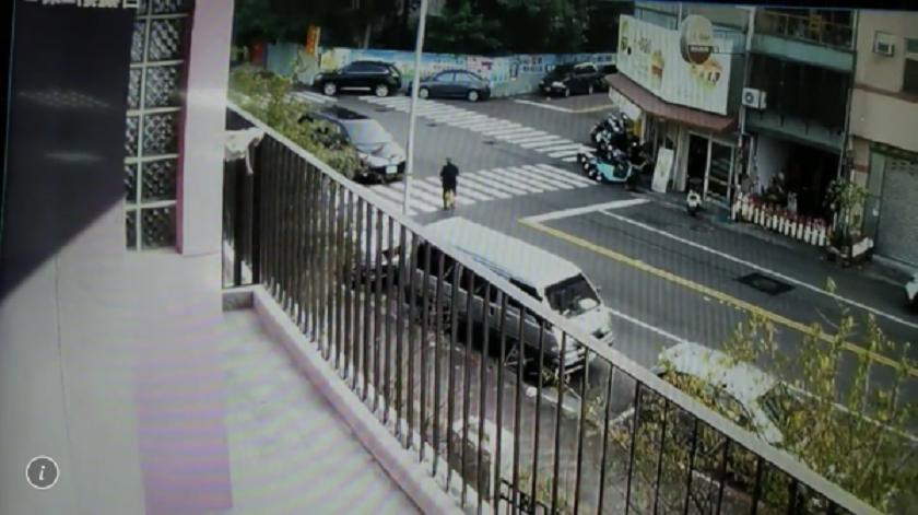 林男見林佳龍座車出現立即逆向騎出。(警方提供)