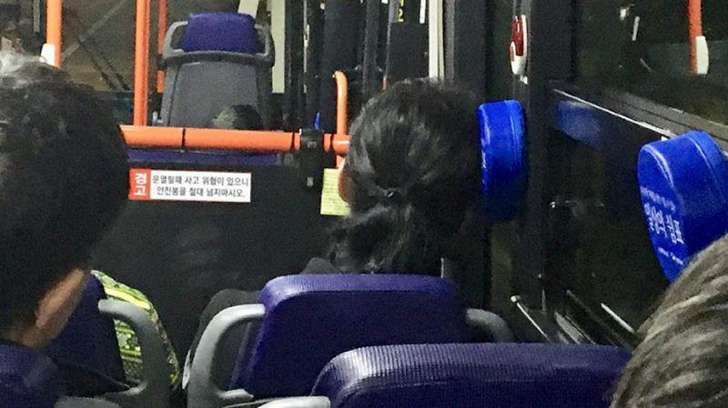 南韓首爾近日的公車上出現了一些逗號形狀的靠枕,方便乘客在休息時能夠倚靠。(翻攝自일상의쉼표臉書)