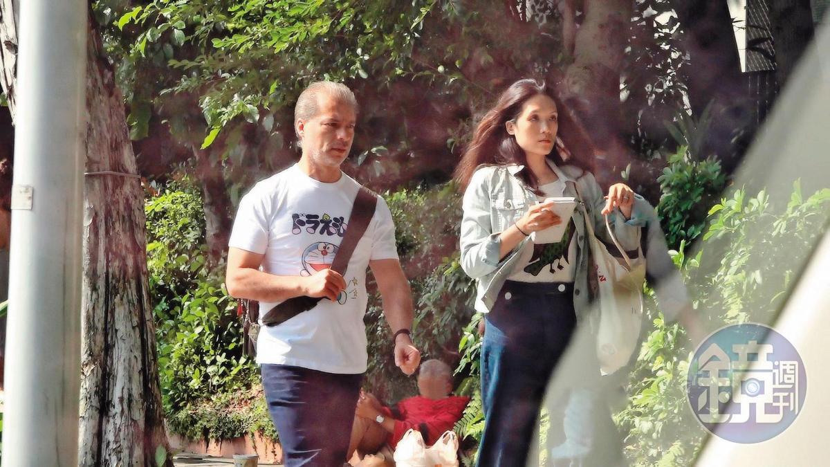 10/27 13:25 連詠心(右)與新婚夫馬塞爾(左)一身輕便前往北科大看展覽。