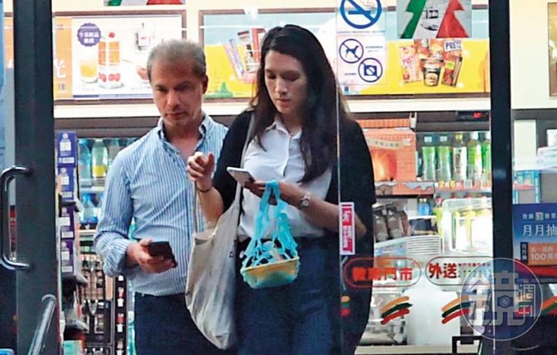 10月26日22:32,連詠心(右)與馬塞爾(左)座談會後肚子餓了,就在超商買微波食品果腹,連詠心揹的還是帆布環保袋。