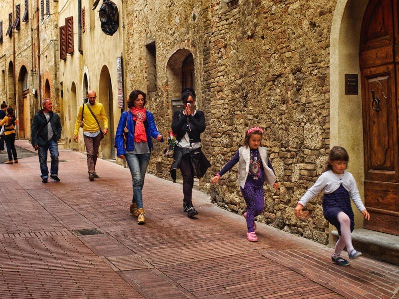 義大利為提升生育率,有右翼政黨提出預算案,只要已婚夫妻生第三胎就送土地。(東方IC)