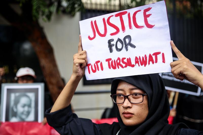 2018年11月2日,印尼人權圖體「移工關懷」在沙烏地阿拉伯駐雅加達大使館外抗議沙國處決印尼籍女傭圖蒂。(東方IC)
