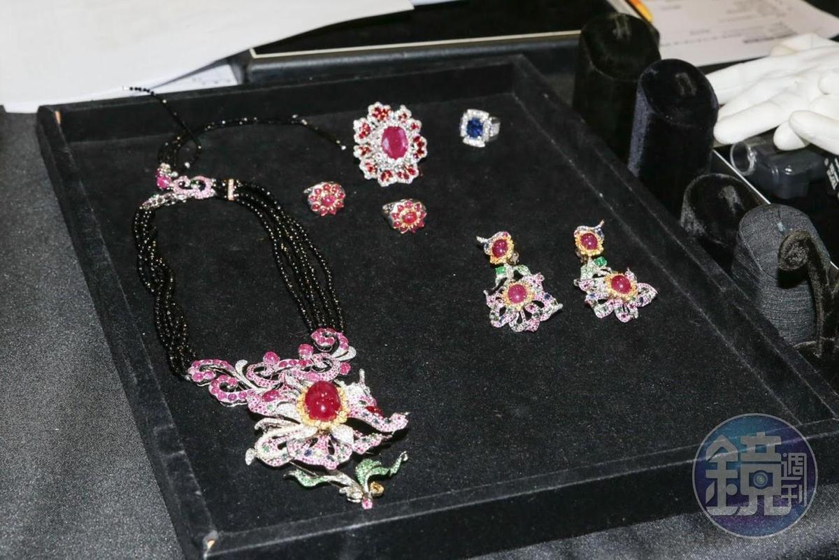 周遊帶了昂貴珠寶上節目估價,稱「沒花太多錢買的」。