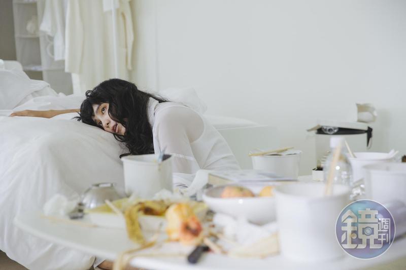 温貞菱在片中飾演一位受壓迫且有強迫症的女子,她全身白衣,場景也是全白,有一種詭異的氣息。
