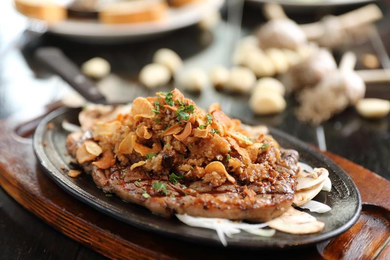 「Garlic Steak」撒上一座蒜片山和蒜末,蒜味滿滿。(40,900韓元/份,約NT$1,121)(Mad for Garlic提供)