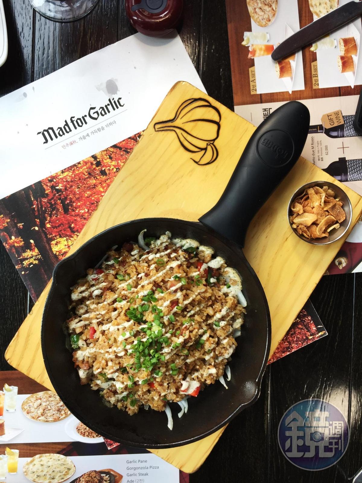 加入醃漬蒜頭、培根同炒的牛油炒飯「Garlic Sizzling Rice」,用鐵鍋盛盤,香氣四溢。(22,800韓元/份,約NT$625)