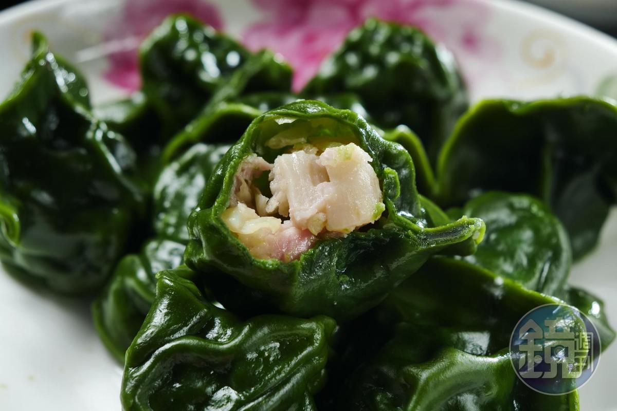 「干貝豬肉水餃」外皮以綠藻製成,嘗來有濃濃海味,豬肉餡裡有整顆干貝,鮮甜味美。(150元/1份10顆,附湯或飲料)