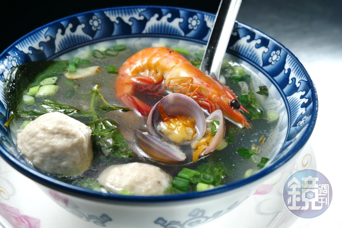 點「綜合水餃」,會附1碗只送不賣的海鮮湯,裡頭有海鱸蝦、野生赤嘴蛤、鬼頭刀魚丸。