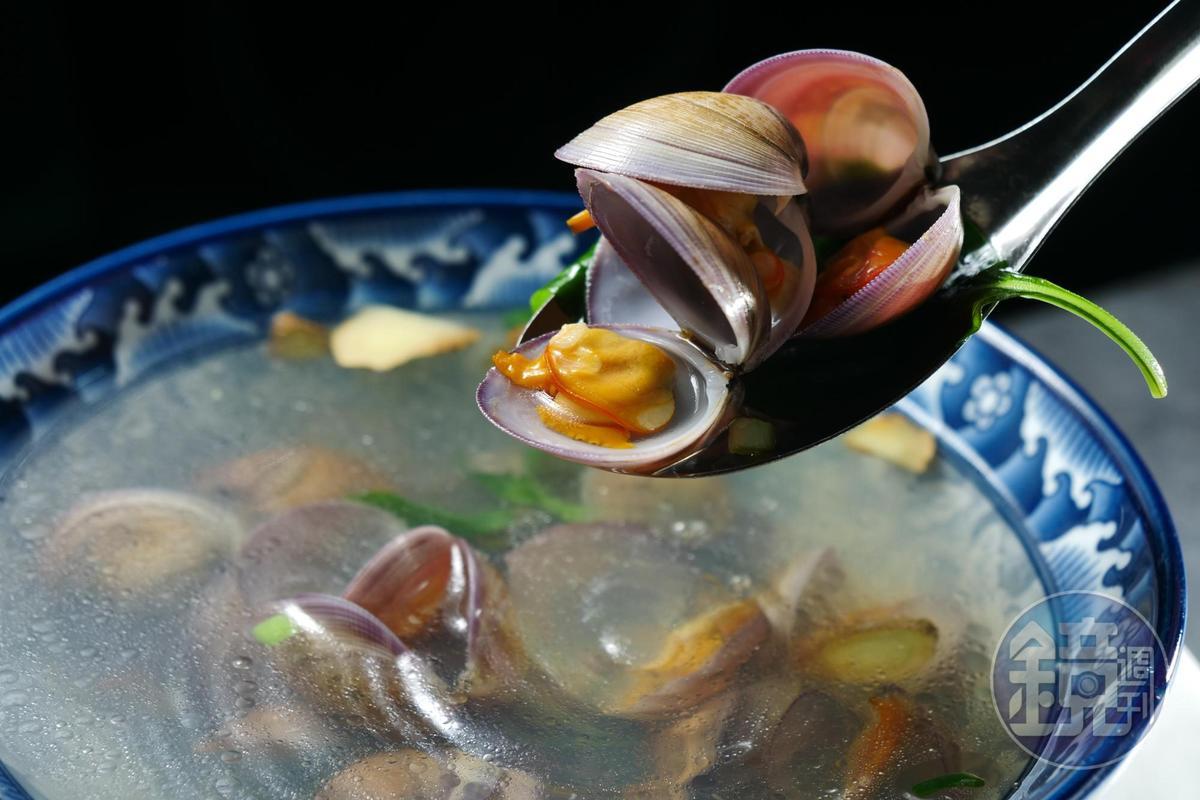 點干貝豬肉或野生石斑魚水餃,會附1碗清甜的「野生赤嘴蛤湯」。(50元/單點)