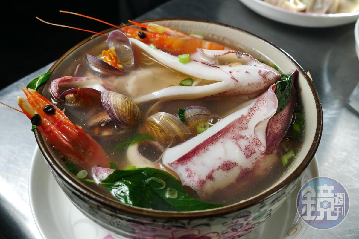 「海產麵」有2大尾小卷、2尾海鱸蝦和滿滿的野生赤嘴蛤,相當超值。(150元/碗)