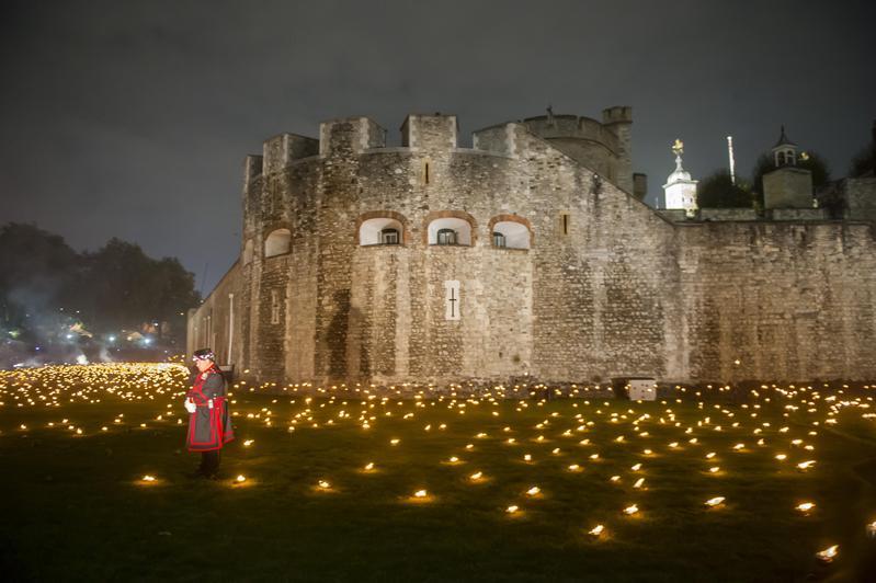 為了紀念一戰結束100週年,倫敦塔4日舉辦了盛大的紀念儀式,場面壯觀。(東方IC)