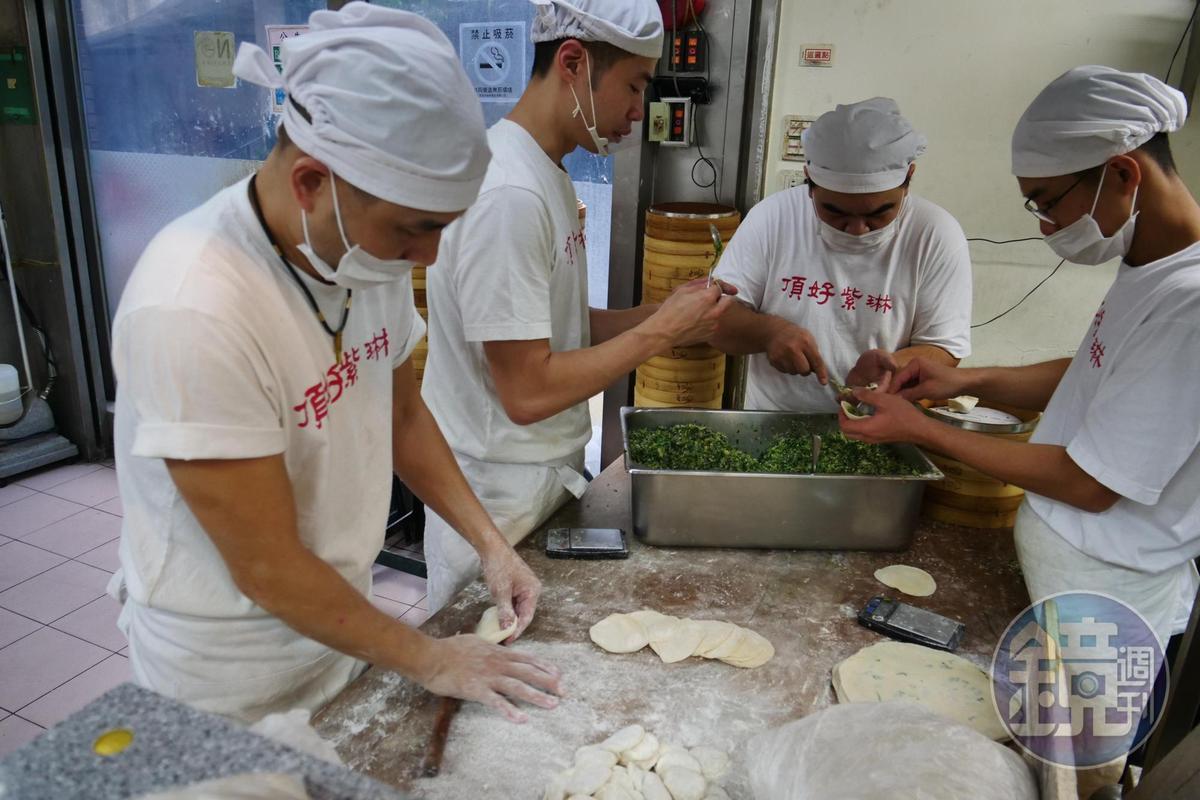 蒸餃都是手工擀皮、現包現蒸,口味相當新鮮。
