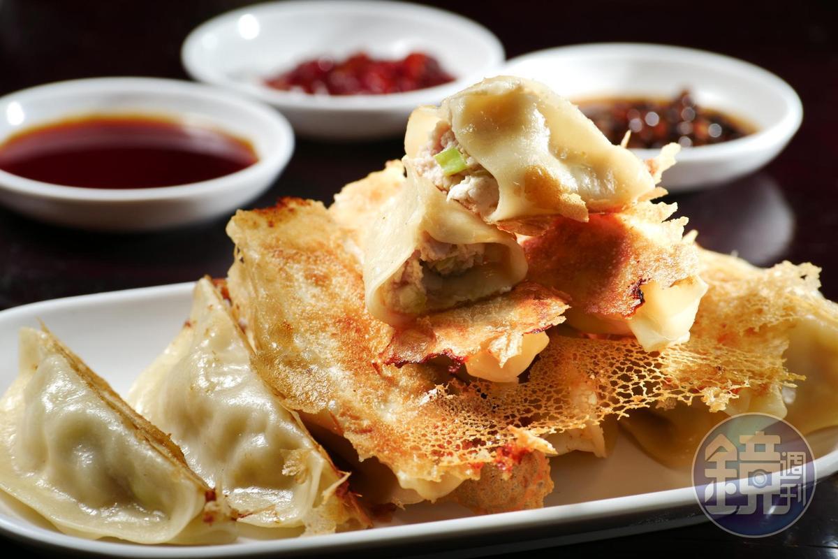 「鍋貼」的豬肉餡除了拌進韭黃提香,還加了板豆腐,讓口感濕潤不澀。(70元/1份10顆)