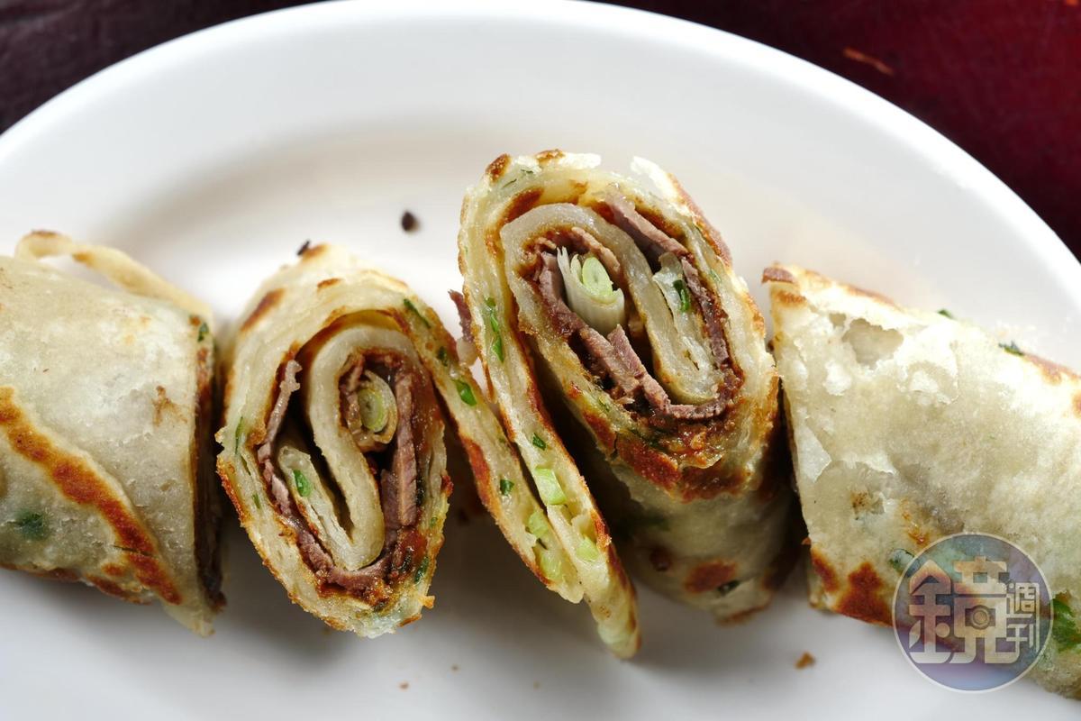 「大餅捲牛肉」在餅皮刷上一層,加進豬肉末拌炒的甜麵醬,讓香氣更豐富,鹹甘潤口。(95元/份)