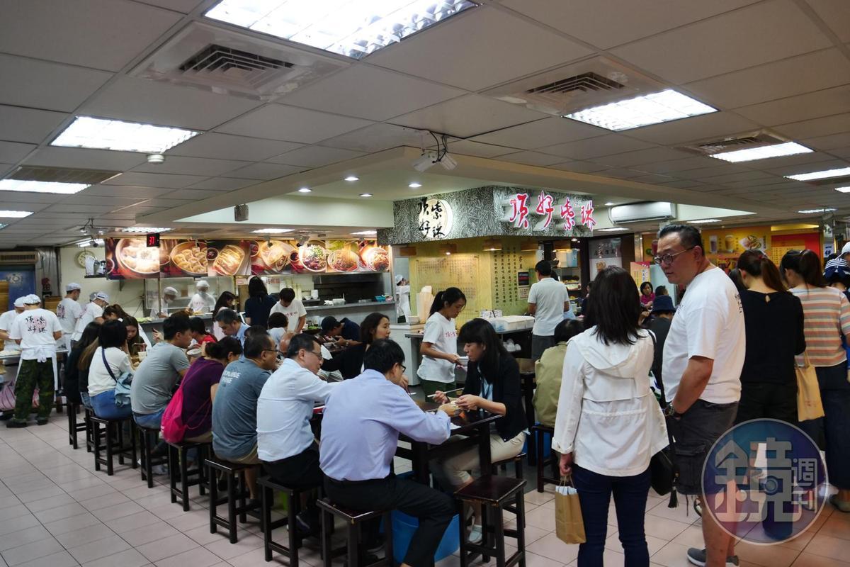 位在「頂好名店城」B1的「頂好紫琳蒸餃館」,用餐時間有如辦桌般熱鬧。