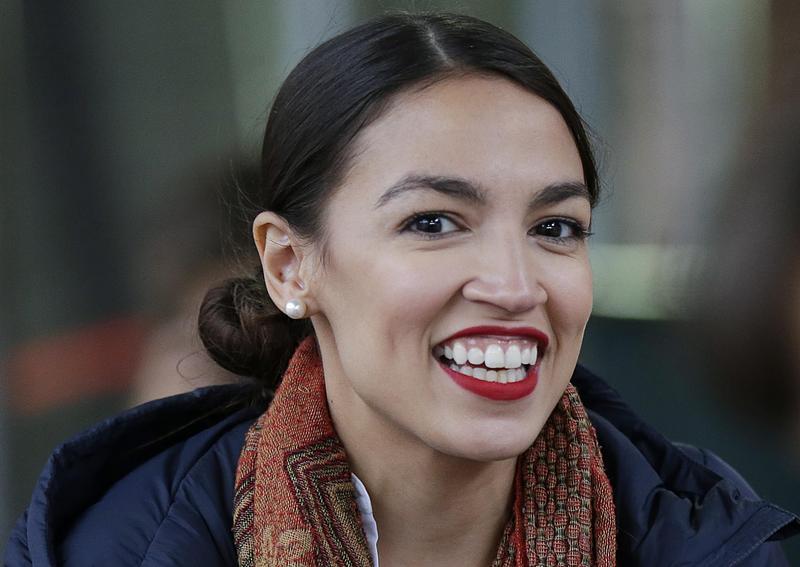 年僅28歲的亞歷山德里婭(Alexandria Ocasio-Cortez)今年6月在民主黨初選中,意外打敗政壇老手克勞力(Joe Crowley)。(東方IC)