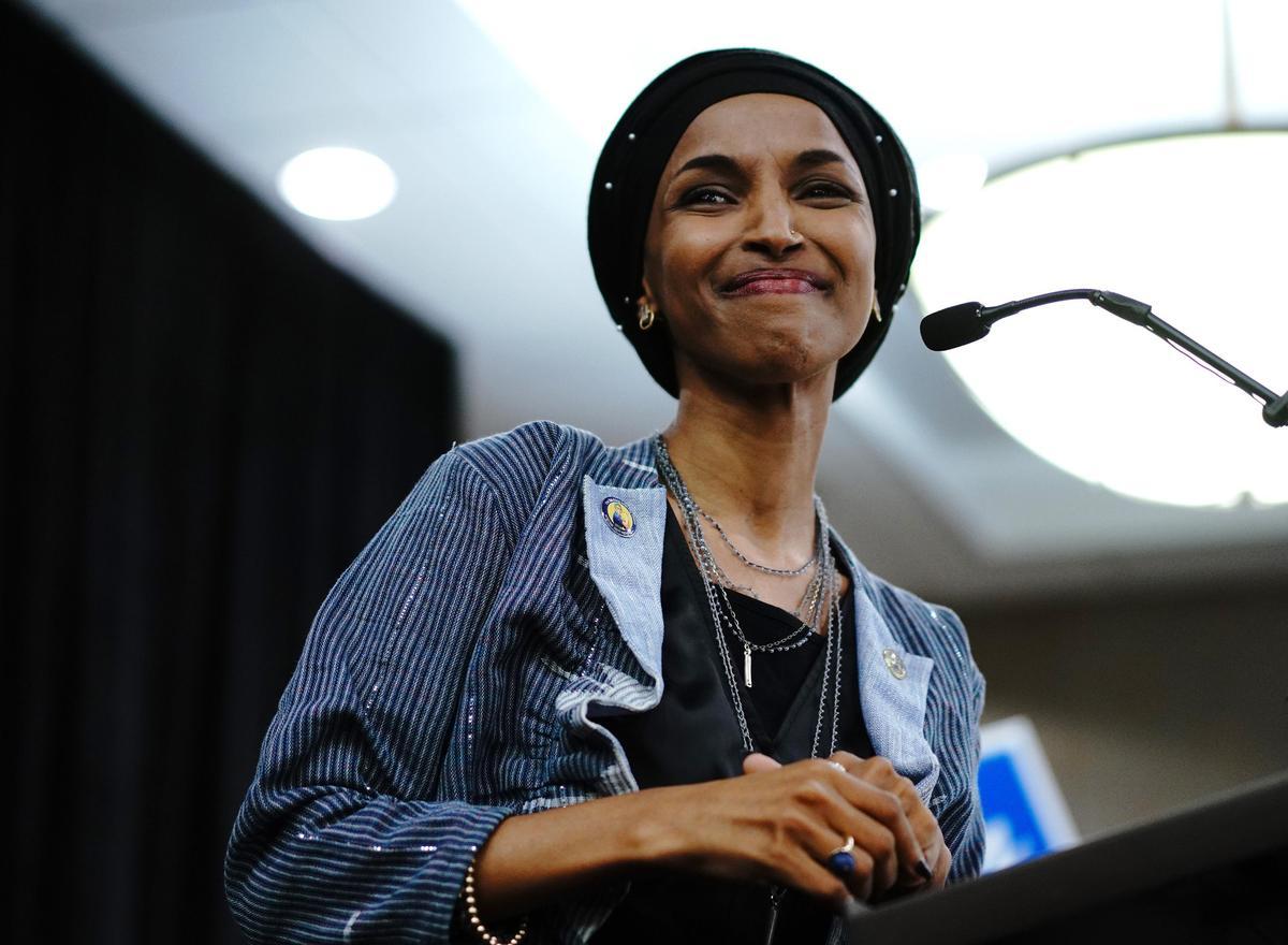歐瑪(Ilhan Omar)則是美國會首位索馬利亞裔議員,更是第一位以穆斯林女性裝扮進入國會的人。(東方IC)