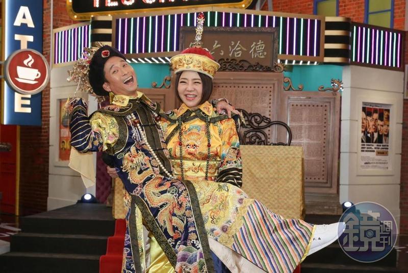 于美人和浩子兩人首度合作主持《請問你是哪裡人》,還扮成《如懿傳》的打扮來個公主抱。
