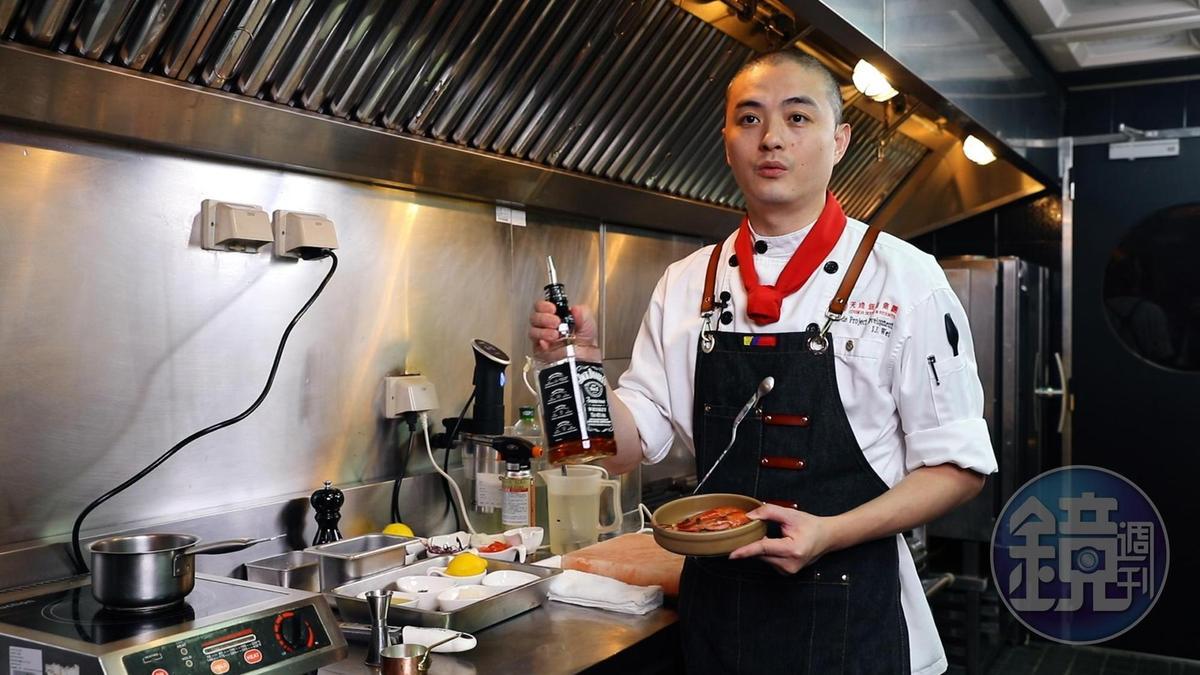 魏景振以秘魯名菜「Ceviche」為靈感,發想出威士忌火焰生蝦。