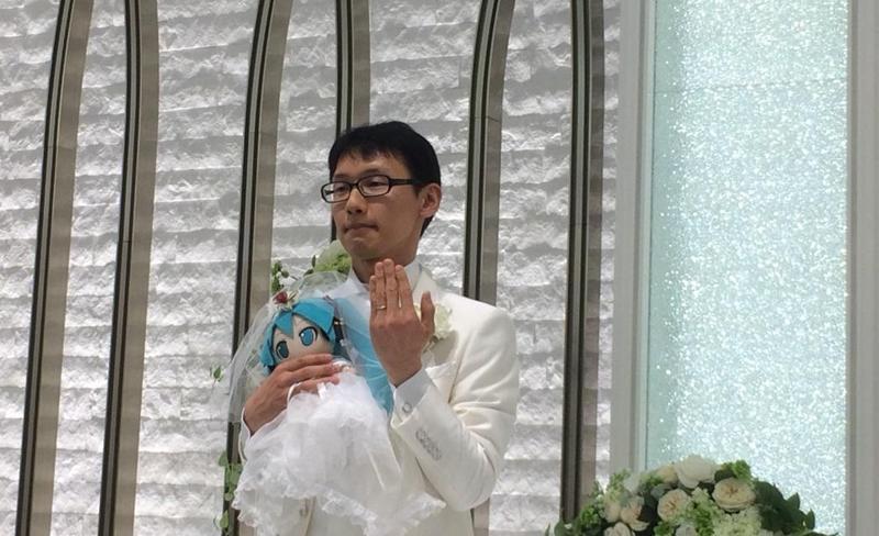 本月4日,日本35歲公務員近藤顯彥與初音未來結婚,現場有39位親友見證。(翻攝自近藤顯彥推特)