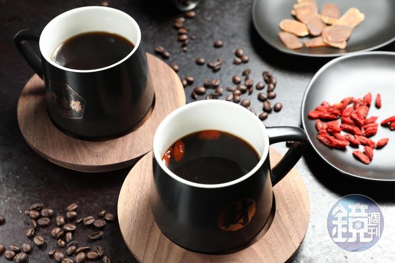 北港保生堂漢方咖啡館的「枸杞咖啡」(前,160元/杯)與「人蔘咖啡」(後,200元/杯)。