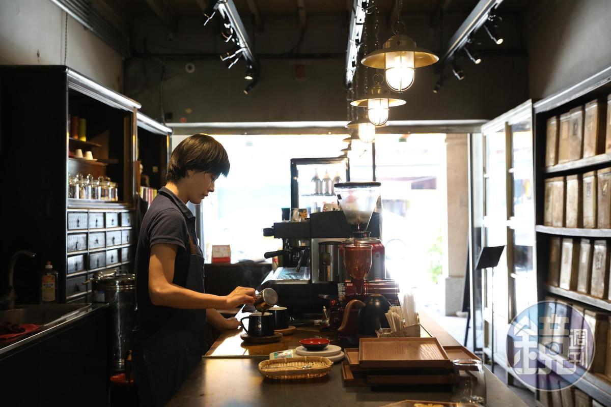 前身是間老藥行「保生堂」,如今變身為「北港保生堂漢方咖啡館」。