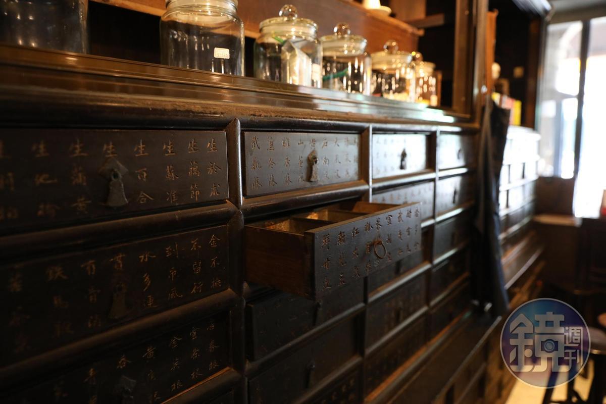 咖啡館內仍留有當年「保生堂」的老藥櫃。