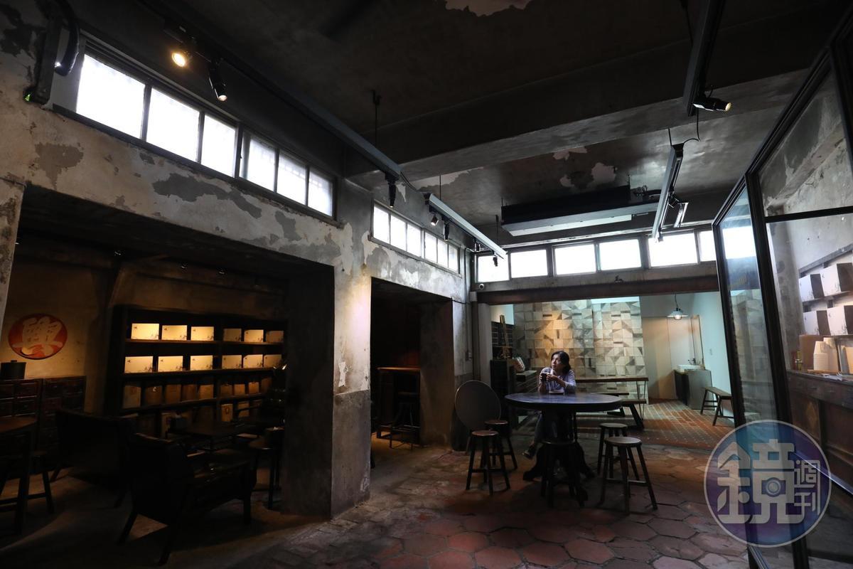 咖啡館第二進原為住家,保留六角地磚與老傢俱,成為寧靜放鬆的空間。