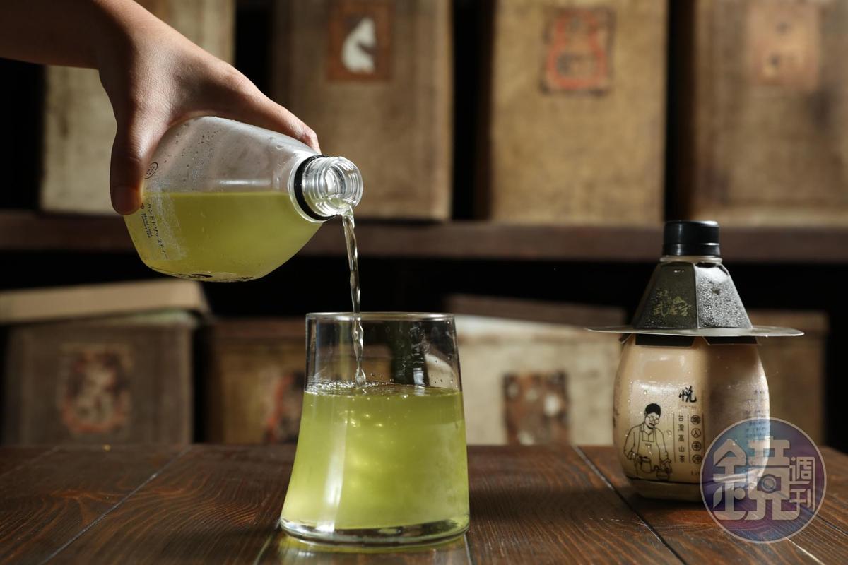 北港保生堂漢方咖啡館的外帶茶飲包裝,以武德宮天庫為造型。