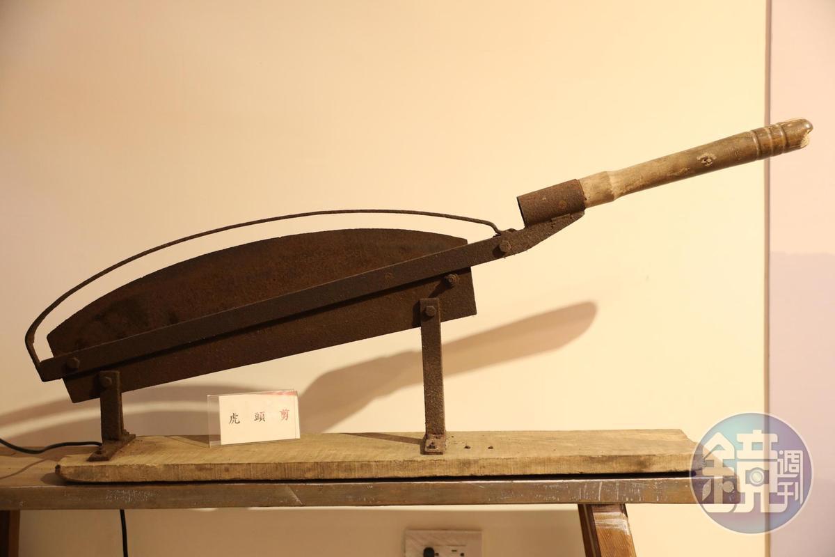 昔日老藥行用來切藥材的「虎頭剪」。