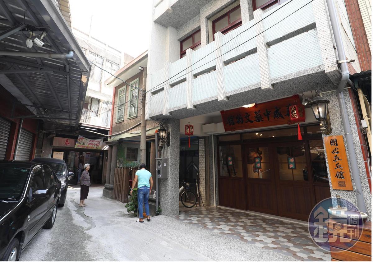 為了展示中藥行常用器具,許開興還買下一棟老屋做為中藥文物館。