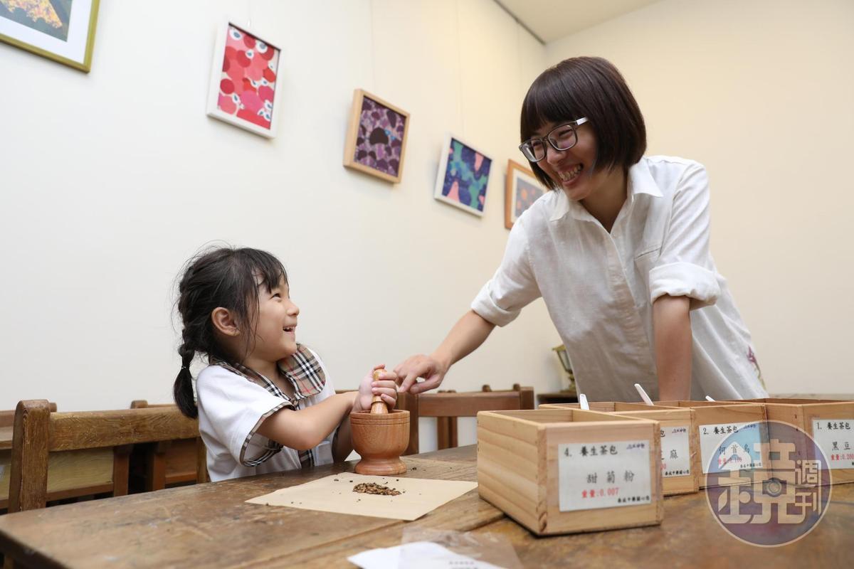 小朋友開心體驗搗藥、學習傳統藥包「虎頭包」。