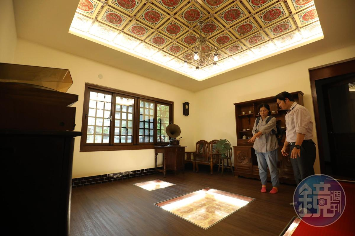「泰成中藥文物館」老屋地板和天花板留有美麗磁磚。