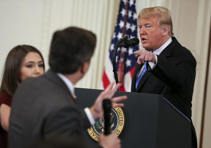 美國總統川普在期中選舉記者會上,與CNN記者阿科斯達發生衝突,隨後白宮更撤銷這名記者的採訪證。(東方IC)