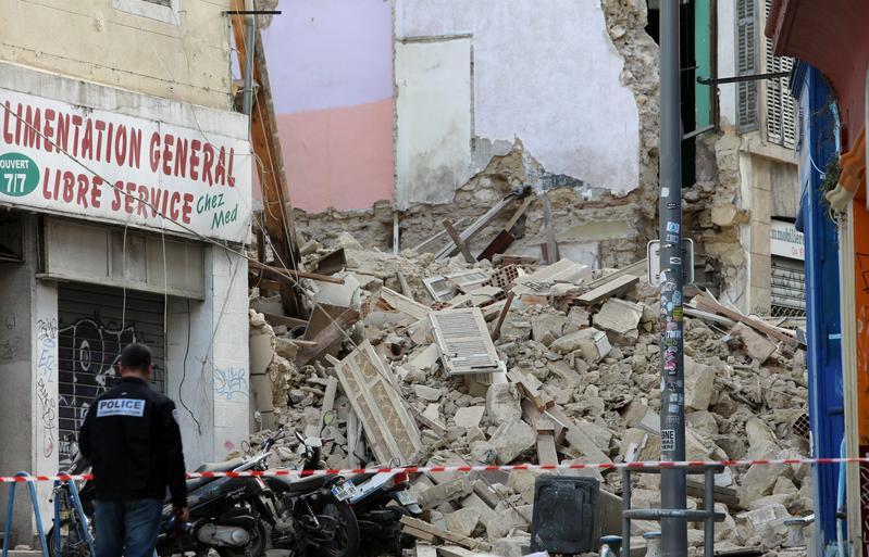 法國馬賽樓房倒塌,搜救人員在事故現場搜尋可能被掩埋的居民。(東方IC)