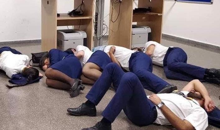 3名機師和3名空姐睡地板照流出,瑞安航空決定將他們全部開除。(翻攝自Jim Atkinson推特)