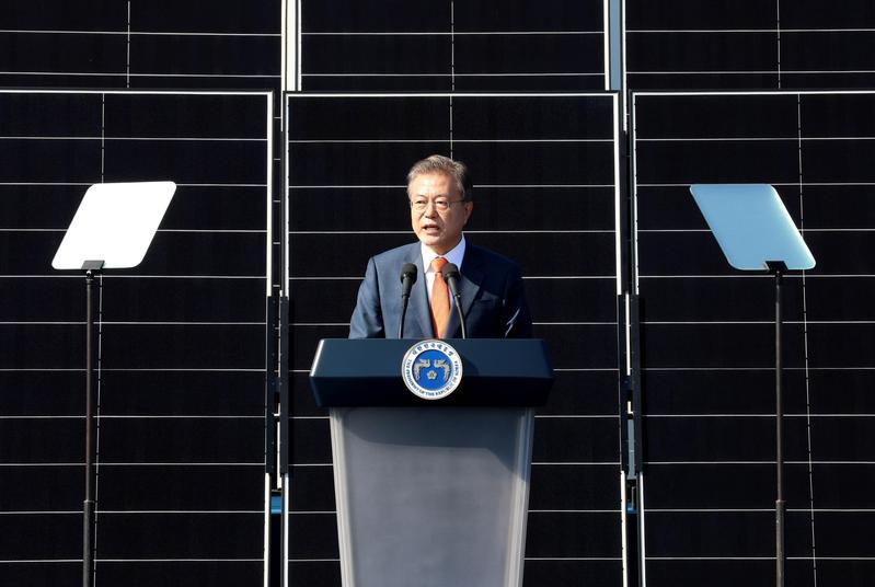 南韓國防部長7日代表政府和軍方向受害者道歉,也是文在寅政府第二次就光州事件的不當行為向國民公開致歉。(東方IC)