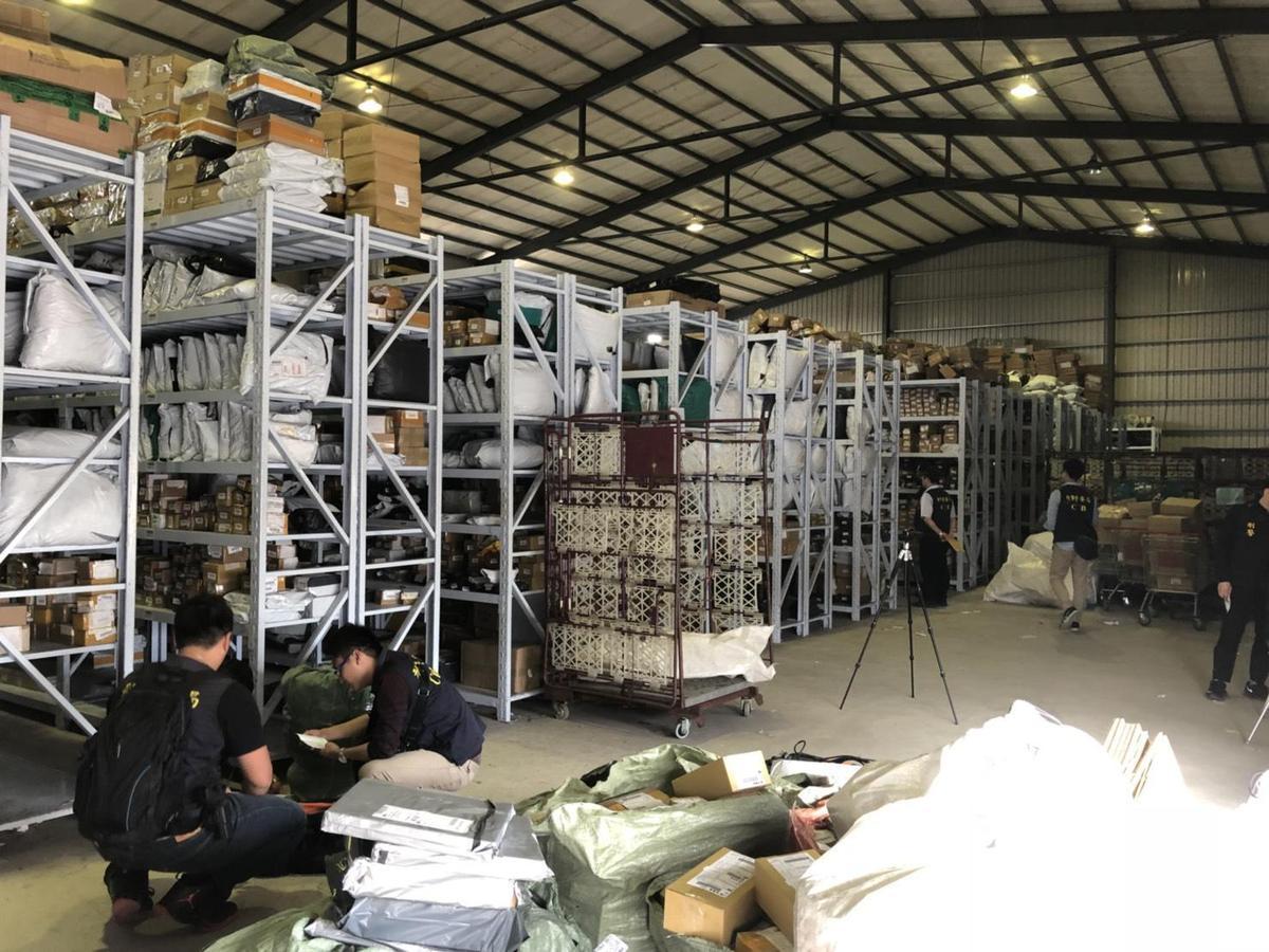 警方在桃園的一處倉庫內查獲大批劣質假代言商品。(警方提供)