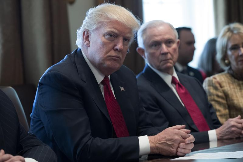 美國期中選舉過後,川普(左)開始調整內閣人事,第一個下台的就是司法部長塞申斯(左2)。(東方IC)