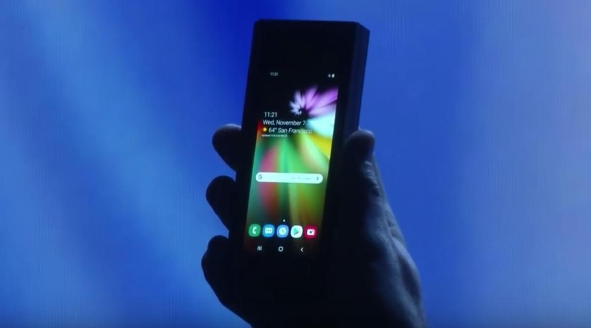 三星展示首款折疊螢幕原型手機,折疊時是4.6吋螢幕,打開時變身7.3吋大螢幕。(翻攝自YouTube)