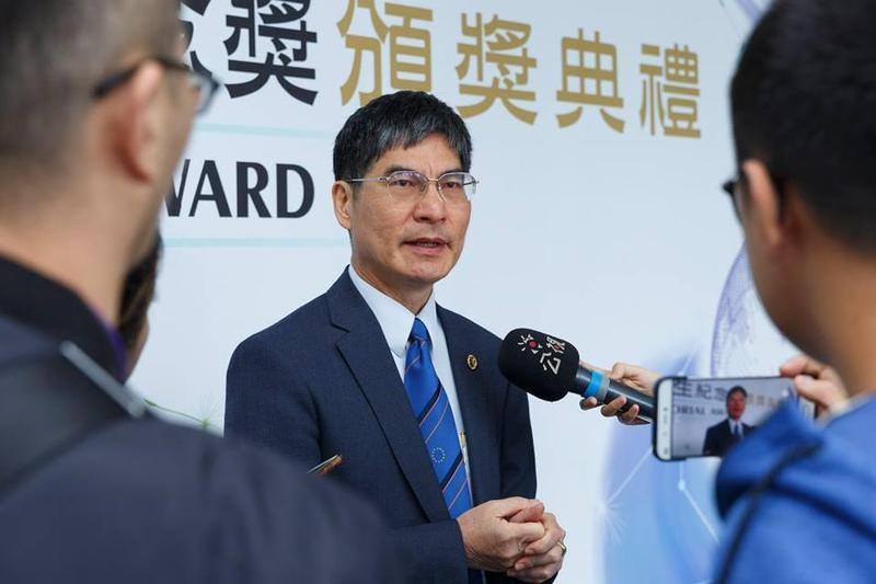 科技部長陳良基允諾將對代寫論文或計劃,研擬懲處機制並追回補助。(翻攝科技部臉書)