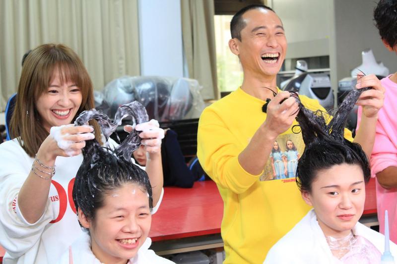 浩子幫人洗頭還惡搞別人頭髮。(民視提供)