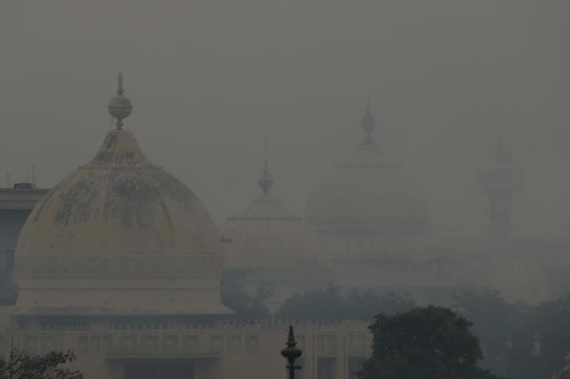 燃放鞭炮慶祝排燈節後,印度首都新德里陷入嚴重的空氣汙染。(東方IC)